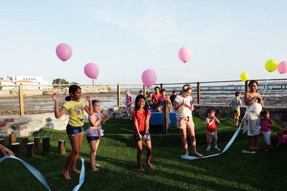 Niños jugando en la inauguración del Parque Las Olas en Casco Viejo