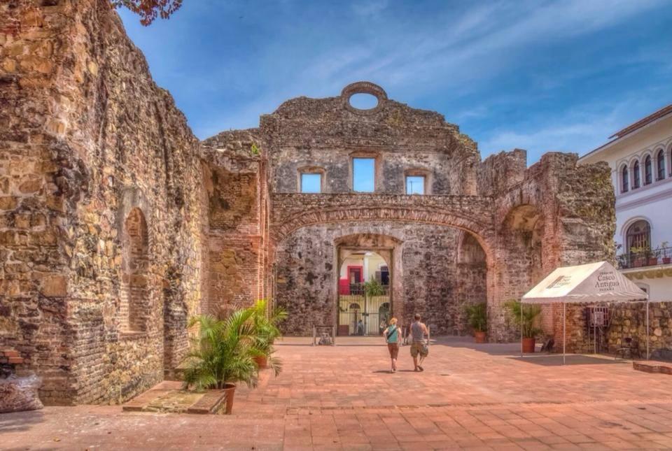 Interior de la iglesia y el convento de Santo Domingo en el Casco Viejo