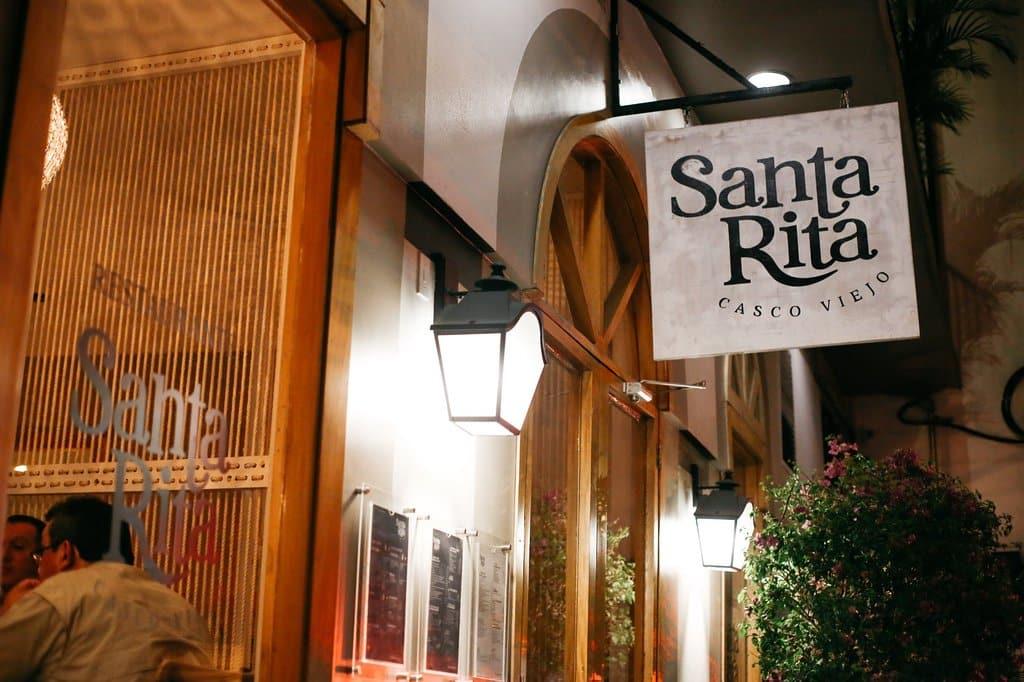 Entrada del restaurante Santa Rita Casco Viejo por la noche.