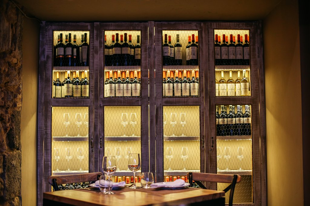 El restaurante Santa Rita tiene una extensa cava de vinos.