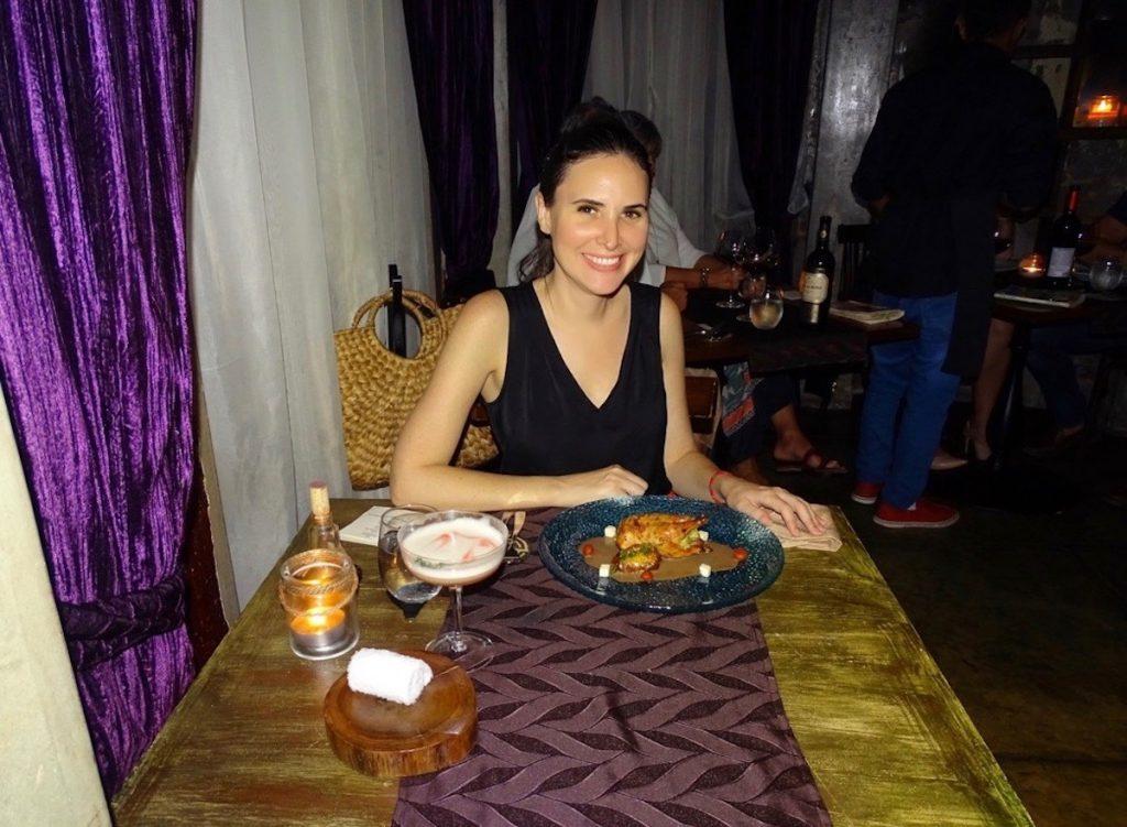 Propietaria del blog, Ursula Kiener, haciendo una reseña del restaurante Donde José en su antigua ubicación