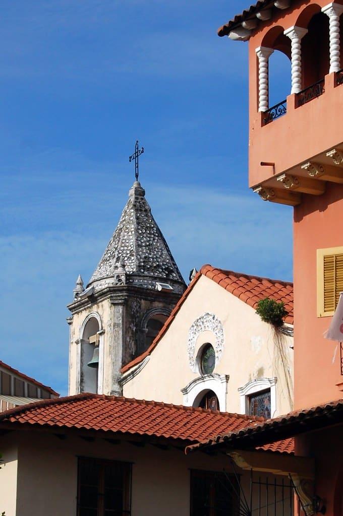 La torre de la Iglesia San Felipe Neri en Casco Viejo tiene incrustaciones de concha nácar