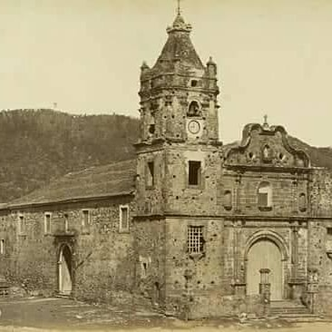 In its origins, the Santa Ana Church was made of wood, then it was built of lime and stone