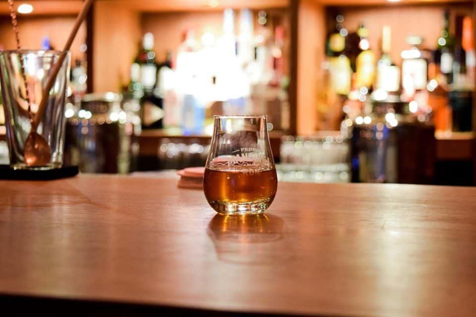 Puede obtener degustaciones de ron gratis en Pedro Mandinga Rum Bar, simplemente pregunte a su servidor