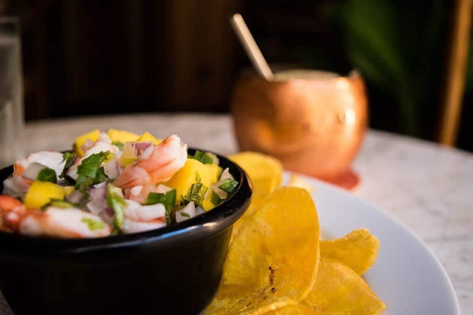 Ceviche tropical de camarones y mango con chips de plátano