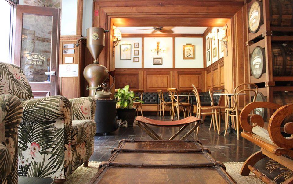 La decoración es bastante tropical con muebles cómodos y mucha madera en  Pedro Mandinga Rum Bar