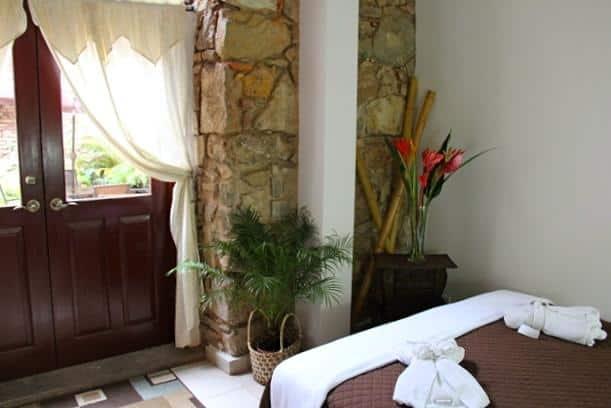 Las habitaciones de Casa Sucre Boutique Hotel están en el segundo piso y tienen acceso al balcón.