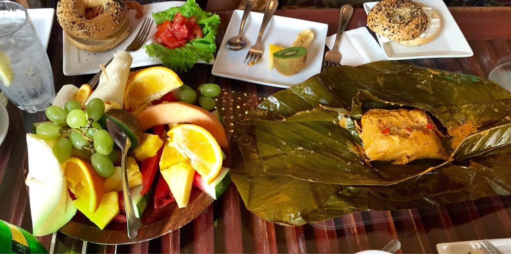 Desayuno con frutas, bagels y tamales en la Casa Sucre Coffeehouse