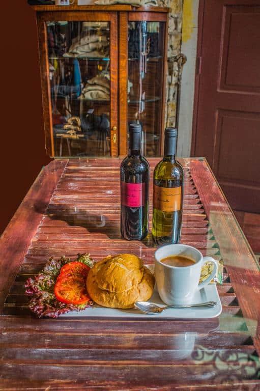 Casa Sucre Coffeehouse sirve café, vino y sándwiches.