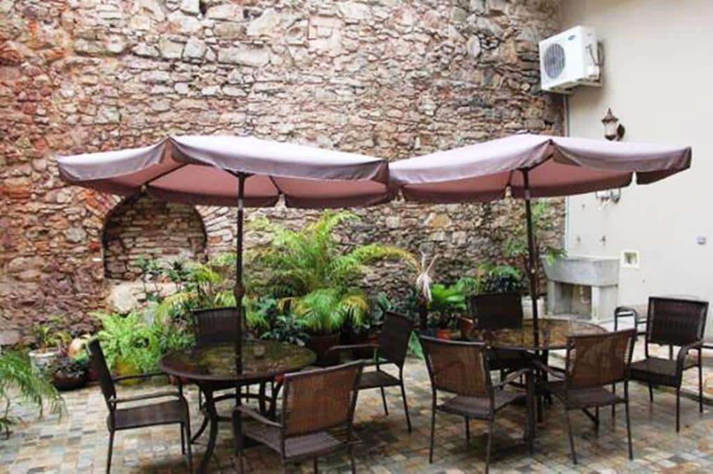 El patio interior es compartido por todos los apartamentos en Casa Sucre Boutique Hotel