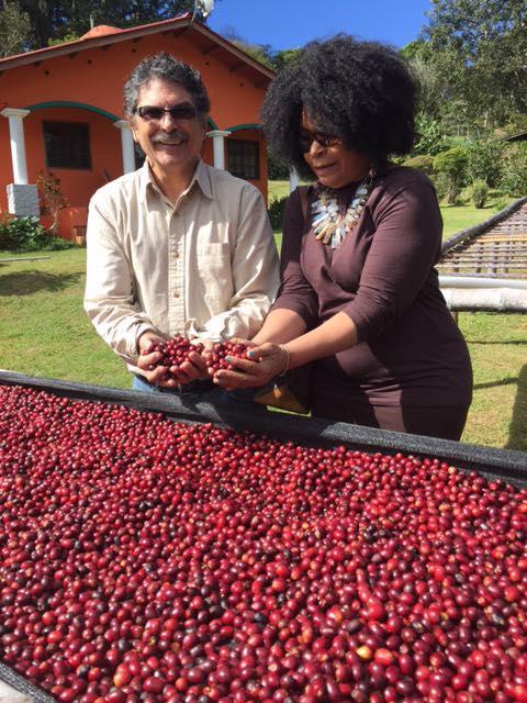 Rich Sherman y su esposa Alyce seleccionando café para la Casa Sucre Coffeehouse