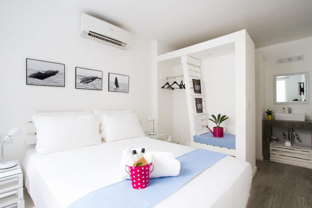 habitación con cama y closet en Gatto Blanco Party Hotel