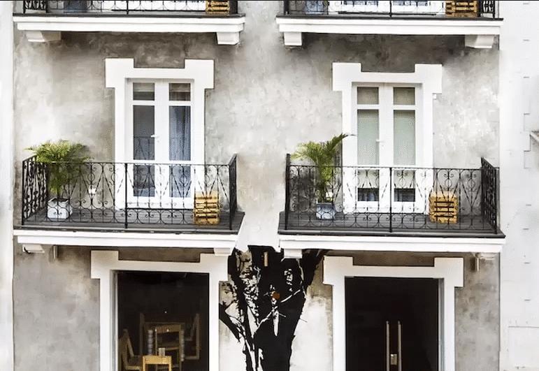 Gatto Blanco Party Hotel tiene un árbol que decora su exterior