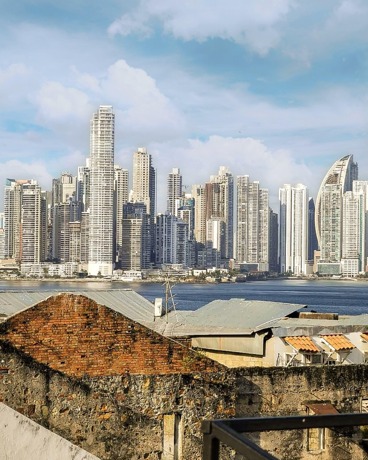Vista de la moderna ciudad de Panamá en el día desde Gatto Blanco Party Hotel
