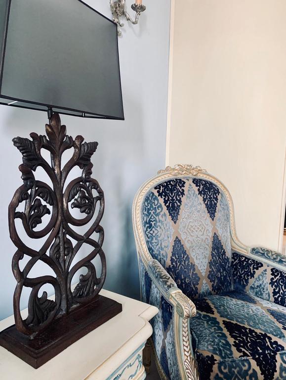 Silla y lampara en Villa Palma Boutique Hotel