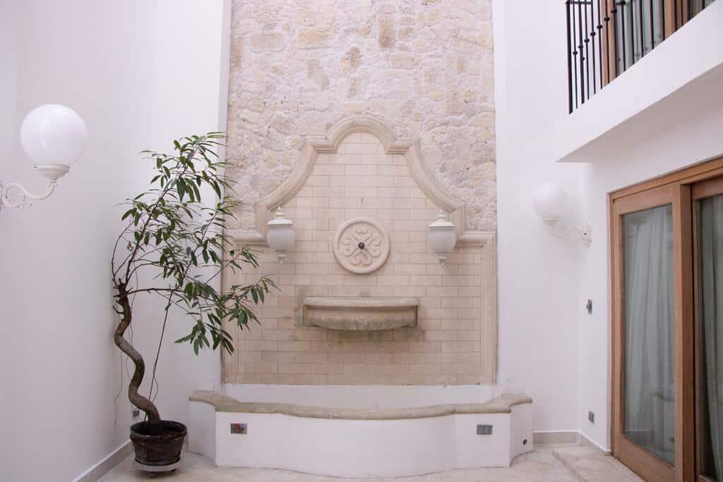 Villa Palma Boutique Hotel tiene un patio interior con una fuente
