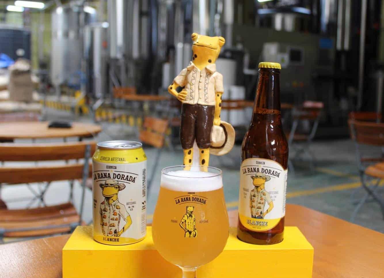 Las cervezas La Rana Dorada se venden en latas, botellas y vasos.