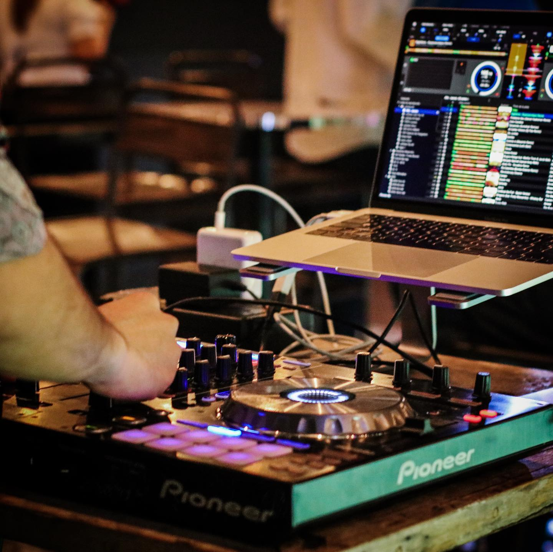 Por lo general, hay un DJ en vivo tocando en Lazotea Restaurant and Rooftop