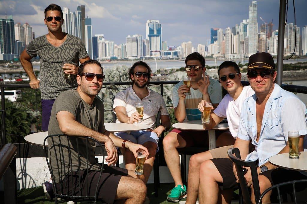 Hombres disfrutando de cerveza en el restaurante Lazotea