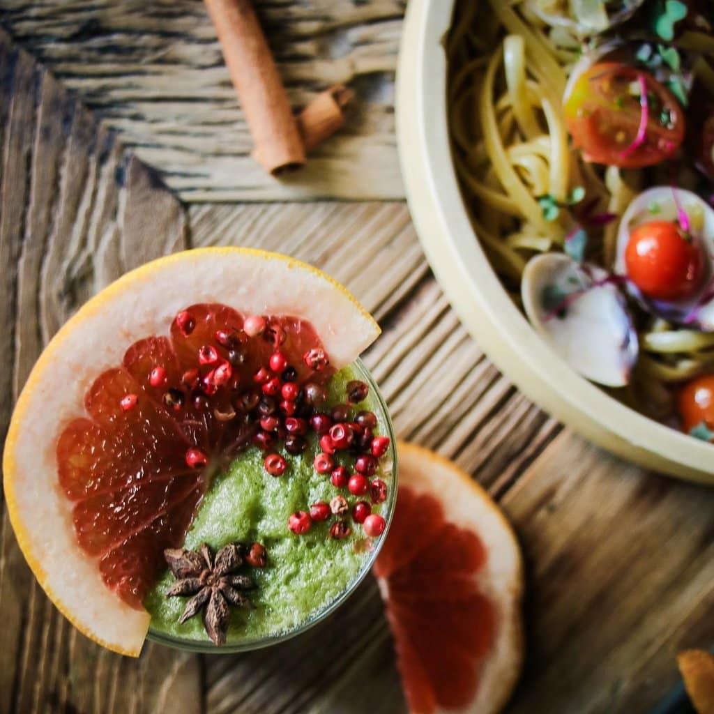 Linguine frutti di mare salteado con un batido verde en Lazotea Restaurant and Rooftop