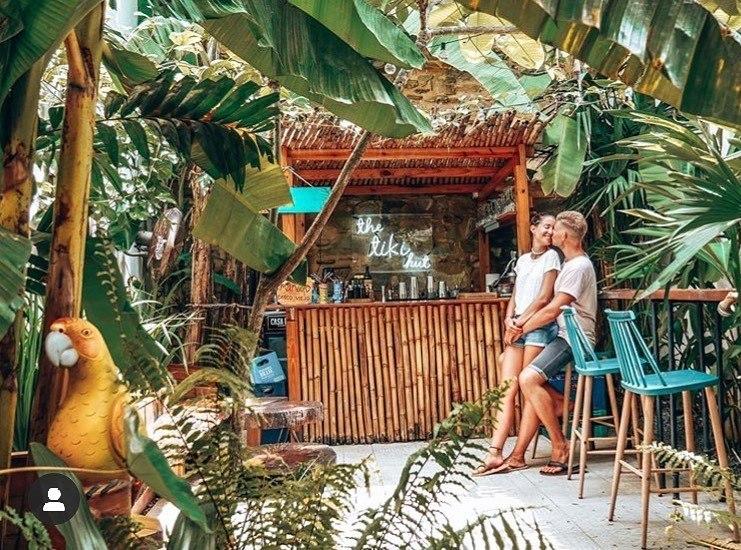 @venture_of_life posando en la cabaña Tiki de Mahalo Casco Viejo