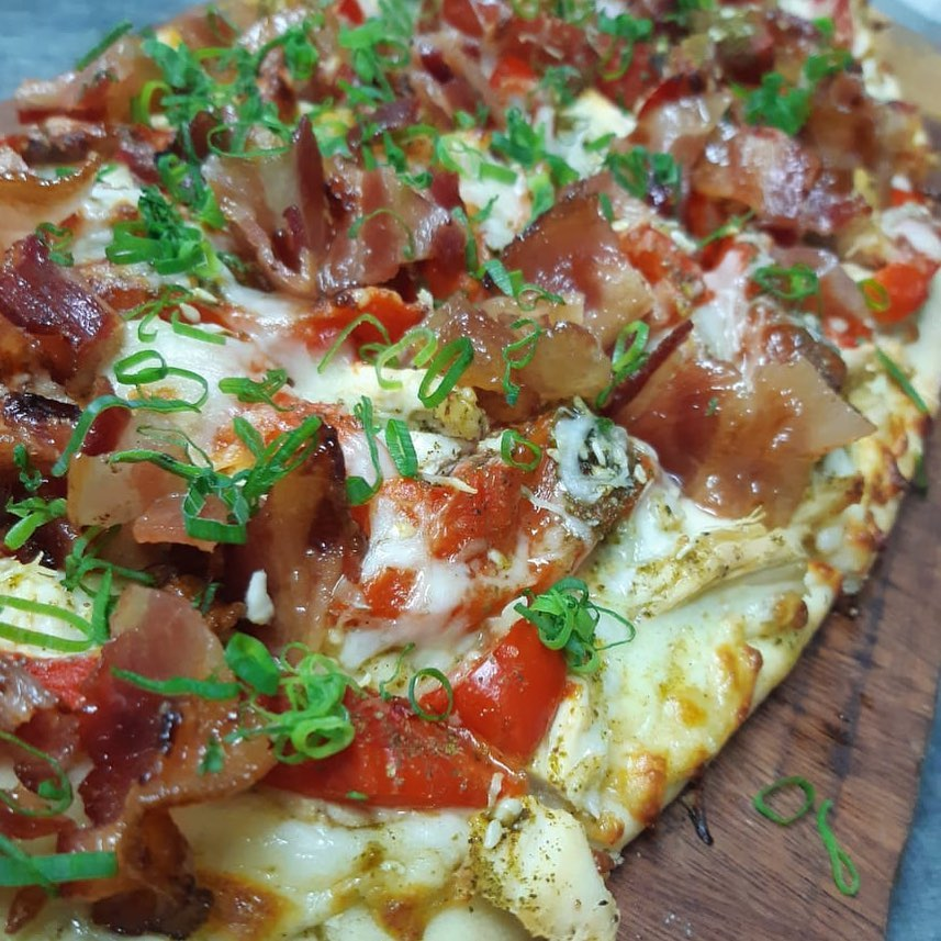 flatbread with bacon and tomato at  Mahalo Casco Viejo, Hotel Las Clementinas