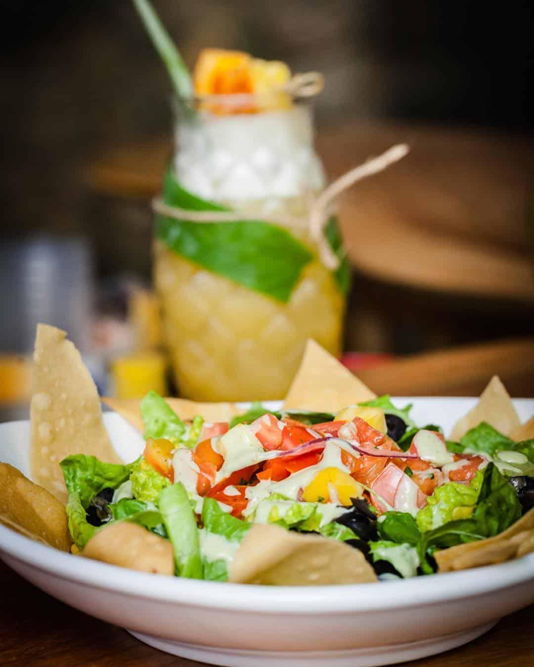 Ensalada y jugo de frutas en Mahalo Casco Viejo
