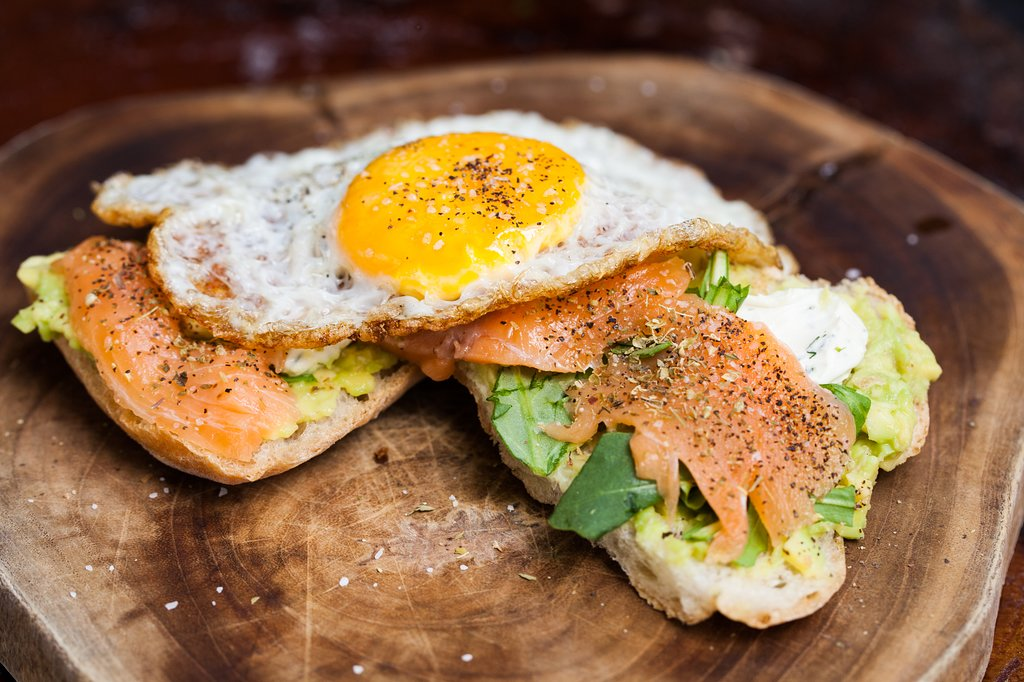 Lox salmon avocado toast in Mahalo Casco Viejo