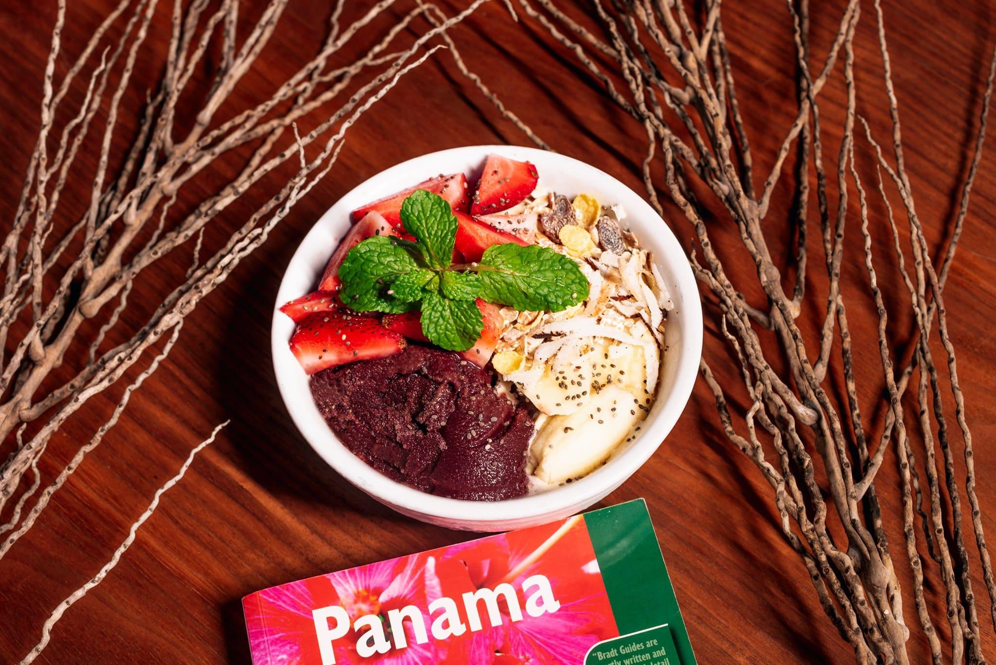 Tazón de desayuno Acai con fresas y coco rallado