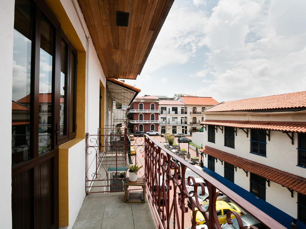 Todas las habitaciones del Hotel Tantalo tienen sus propios balcones.