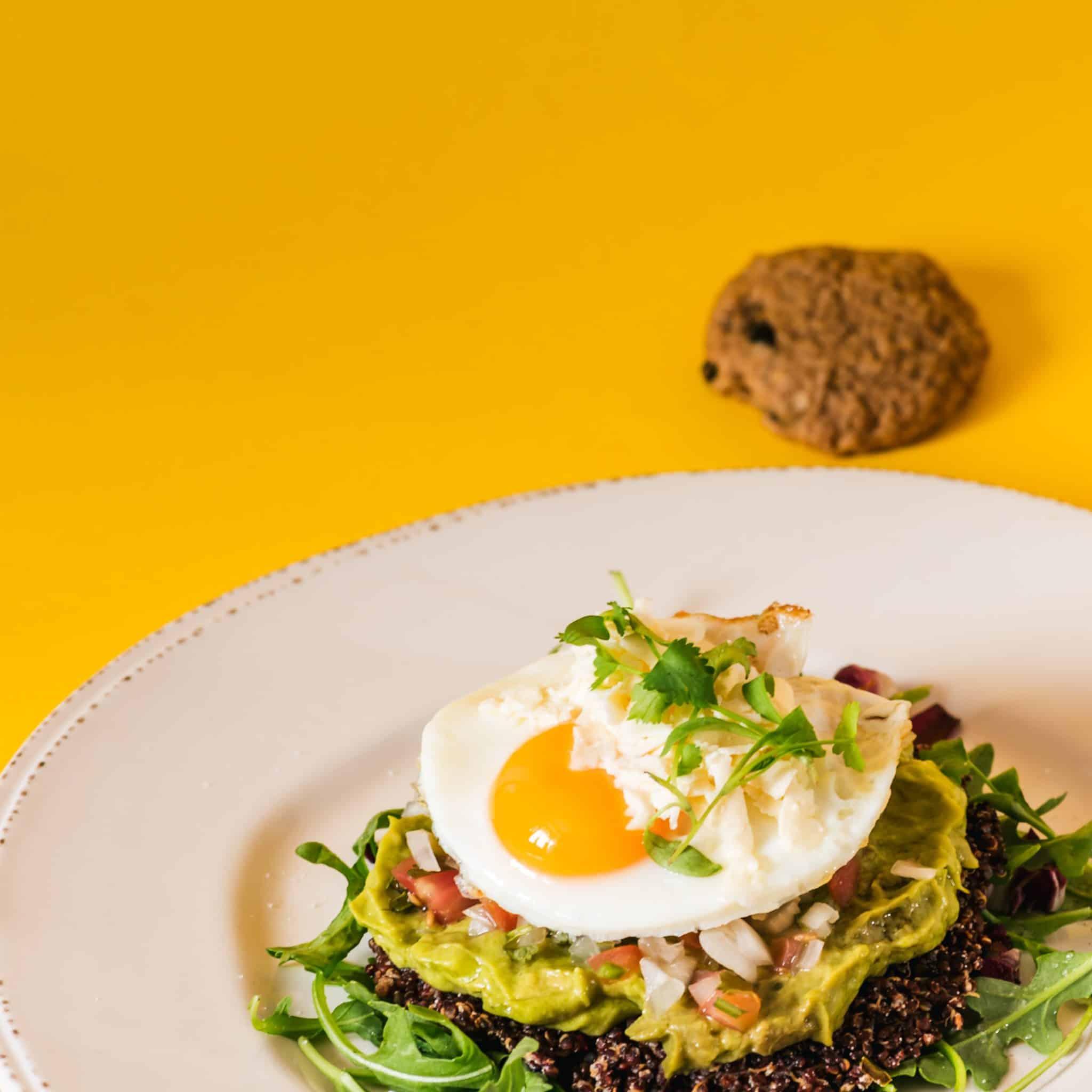 Huevos con quinua, guacamole y picadillo