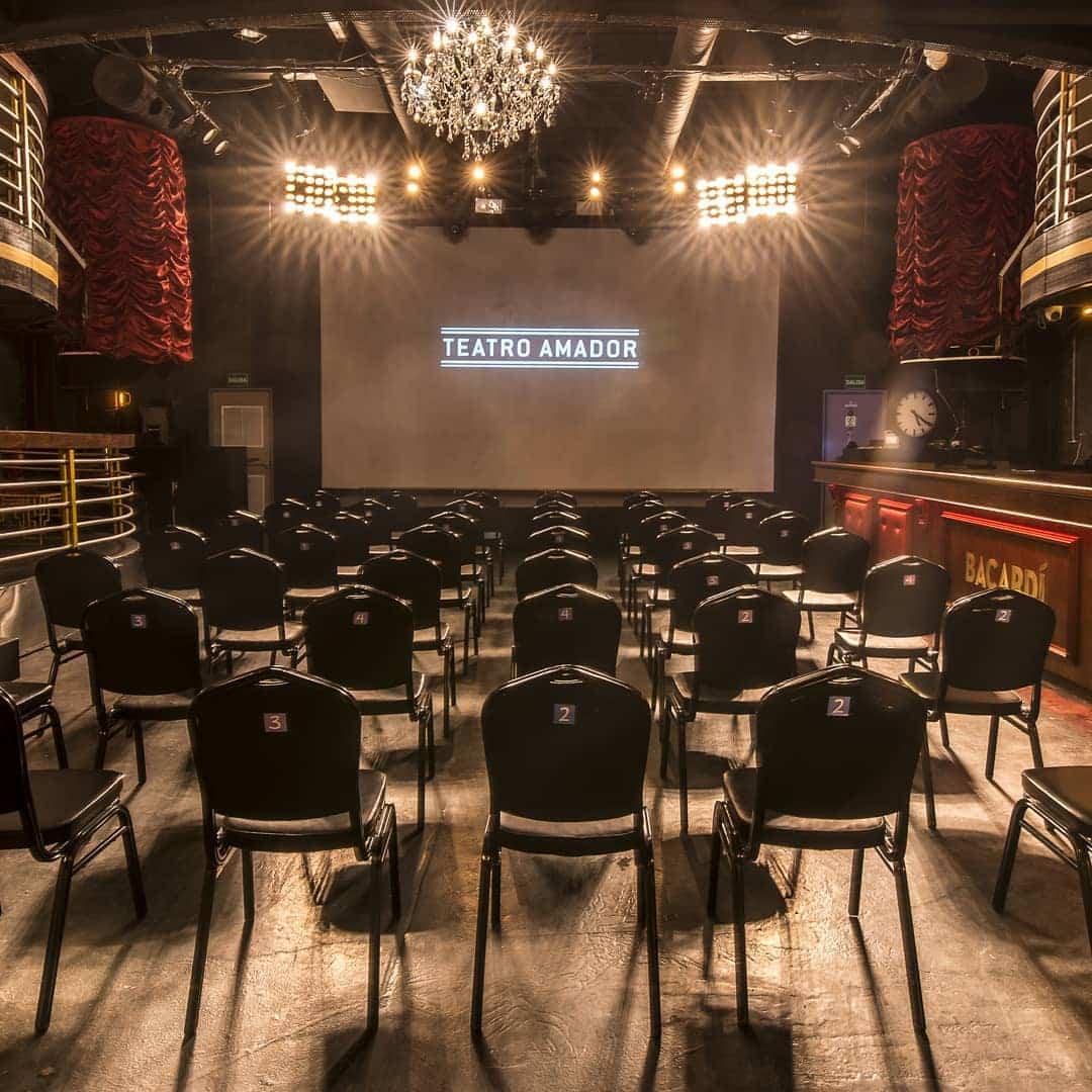 Un proyector y una pantalla de alta definición se pueden usar para eventos organizados en el Teatro Amador