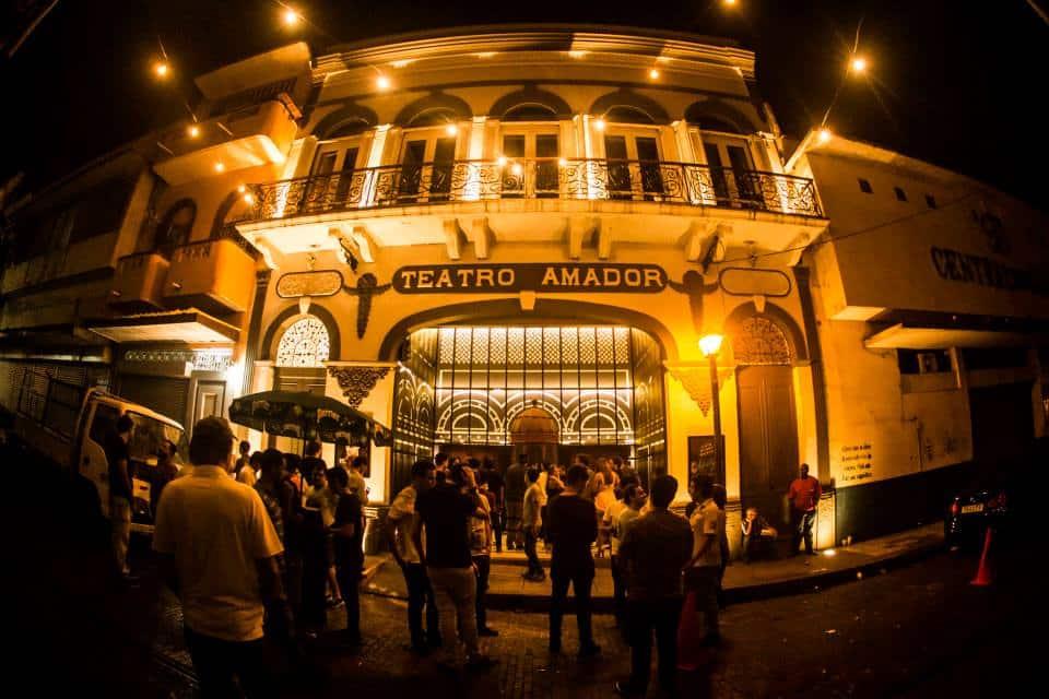Gente esperando afuera para entrar al Teatro Amador
