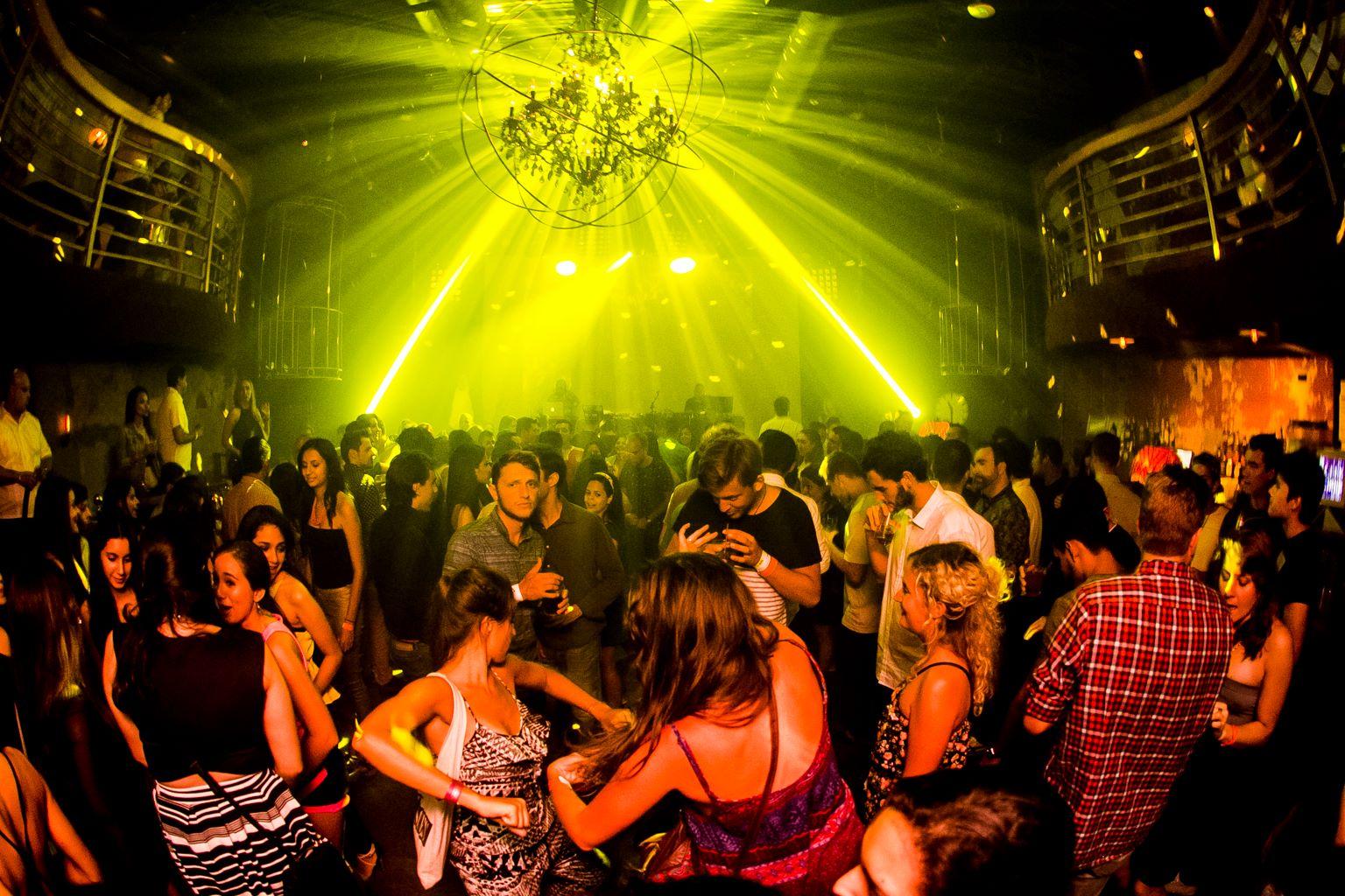 pista de baile principal con luces de discoteca en teatro amador panamá