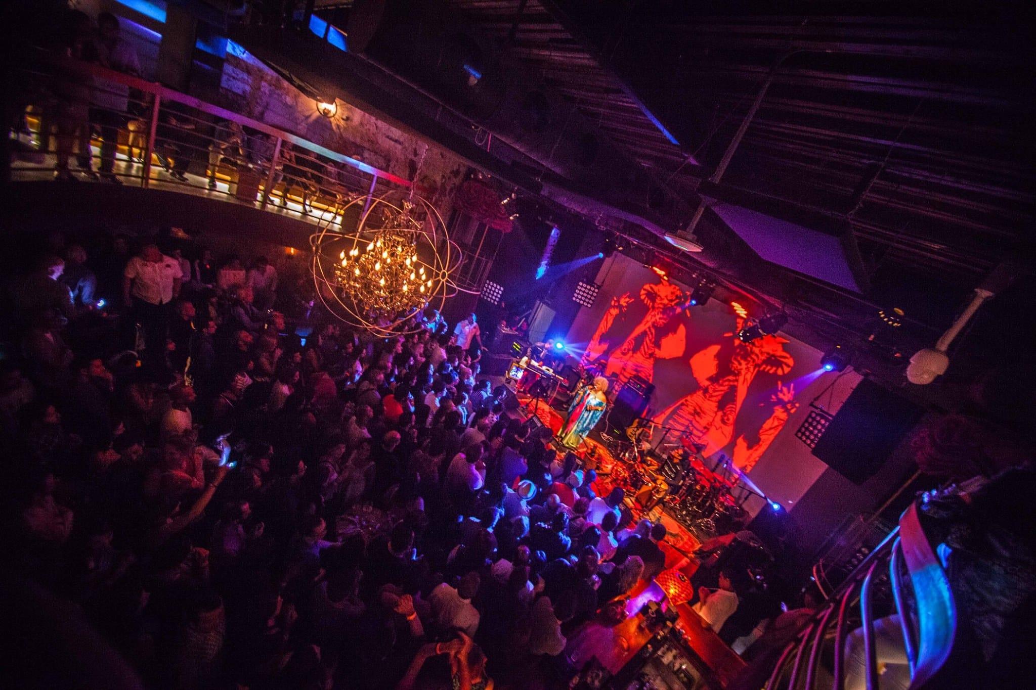 zona principal del club nocturno teatro amador con escenario