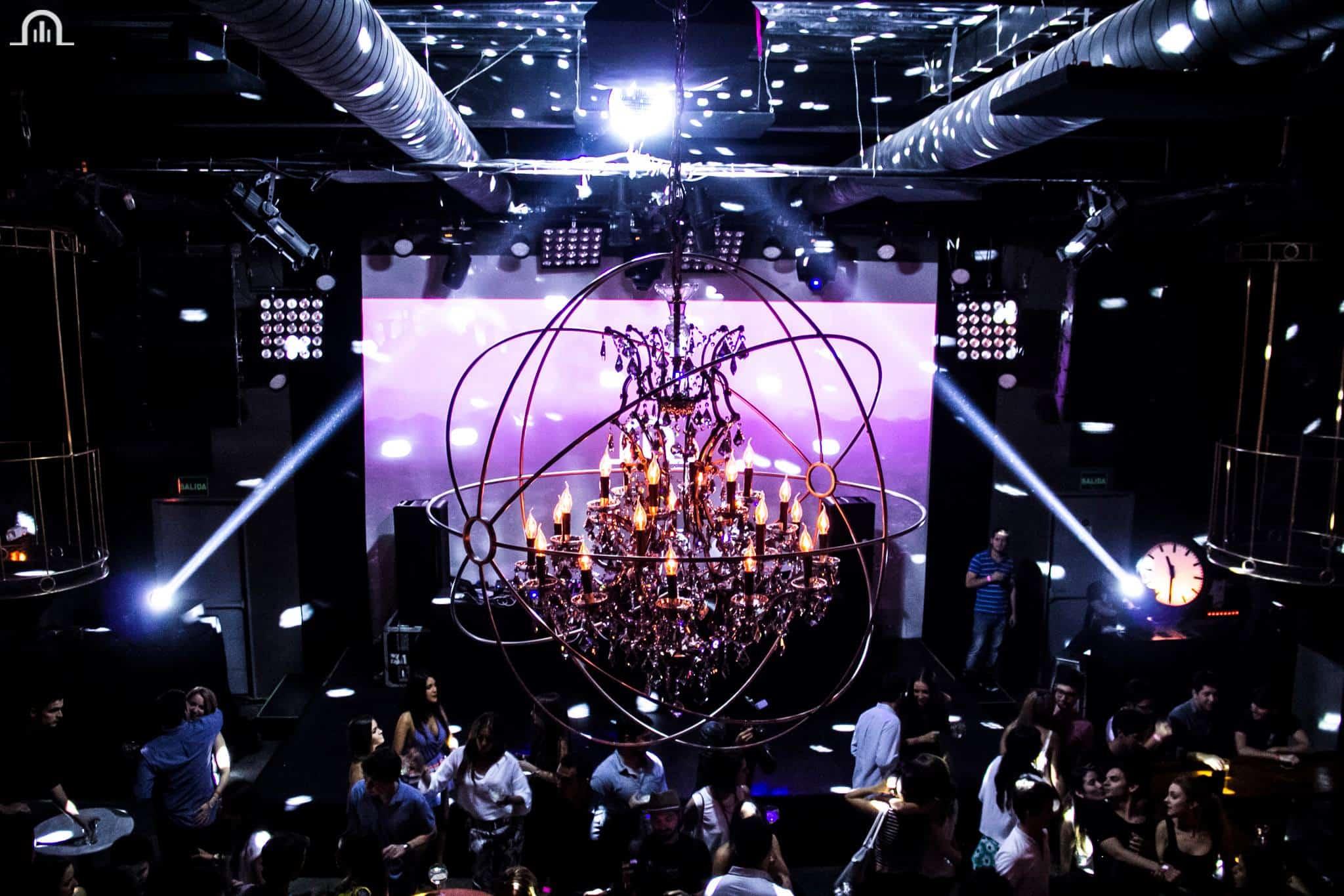 Hay un candelabro gigante en el centro de la pista de baile del Teatro Amador